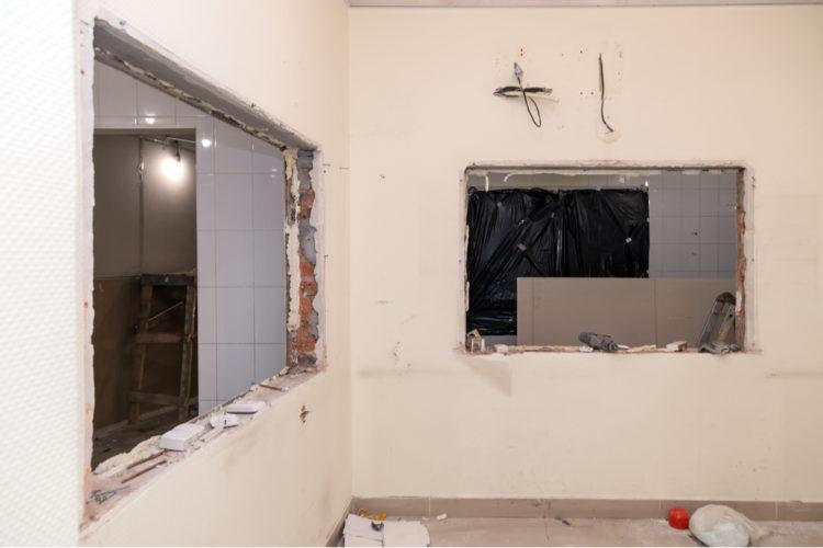 室内の壁に窓を増設する方法や費用
